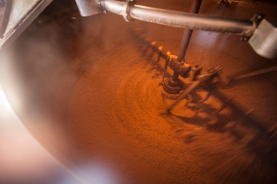 Blick in den Läuterbottich: Hier wird der Treberkuchen mit dem Hackwerk aufgehackt und die Bierwürze geläutert.