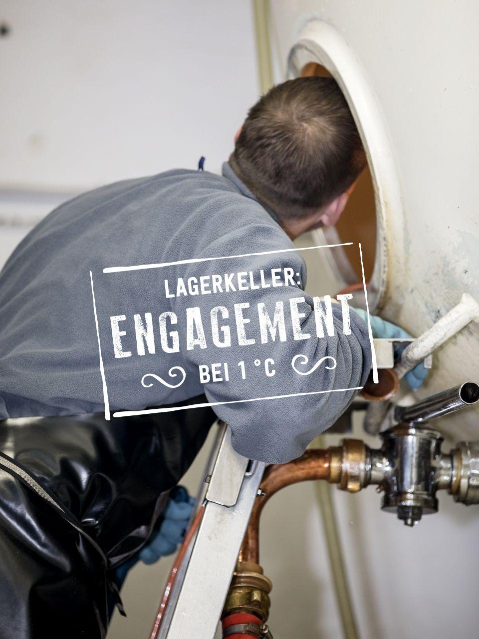 Der Brauer reinigt den Lagertank. Im Lagerkeller reifen die Biere bis zu 7 Wochen in dieser Zeit entwickeln diese ihren besonderen Charakter und Geschmack. Sehr wichtig ist hier vor allem die Pflege der Lagertanks.