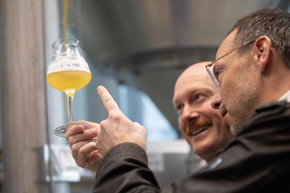 Der Braumeister bei der Qualitäts- und Geschmacksprüfung mit dem Kellermeister. Erst wenn beide Herren die Biere für Reif und Gut befinden werden diese in Flaschen und Fässer gefüllt.