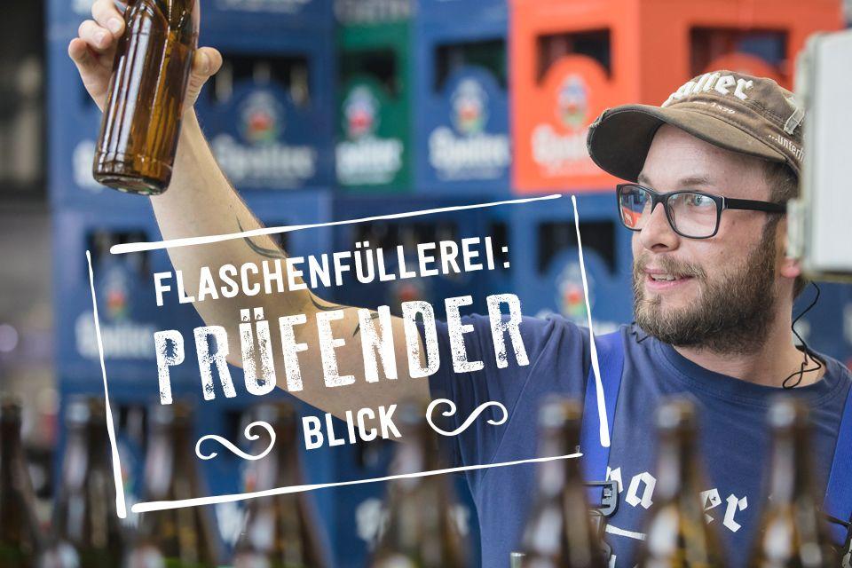 Flaschenfüllerei Prüfender Blick des Mitarbeiters. Die Flaschen werden nach dem Reinigen durche einen Bottleinspektor mehrmals geprüft doch den letzten prüfenden Blick hat der Mitarbeiter.