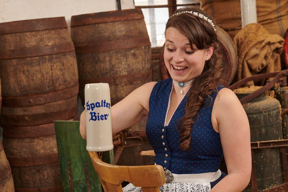 Unsere Bierkönigin geniesst ein Helles aus dem Starkbierkrug