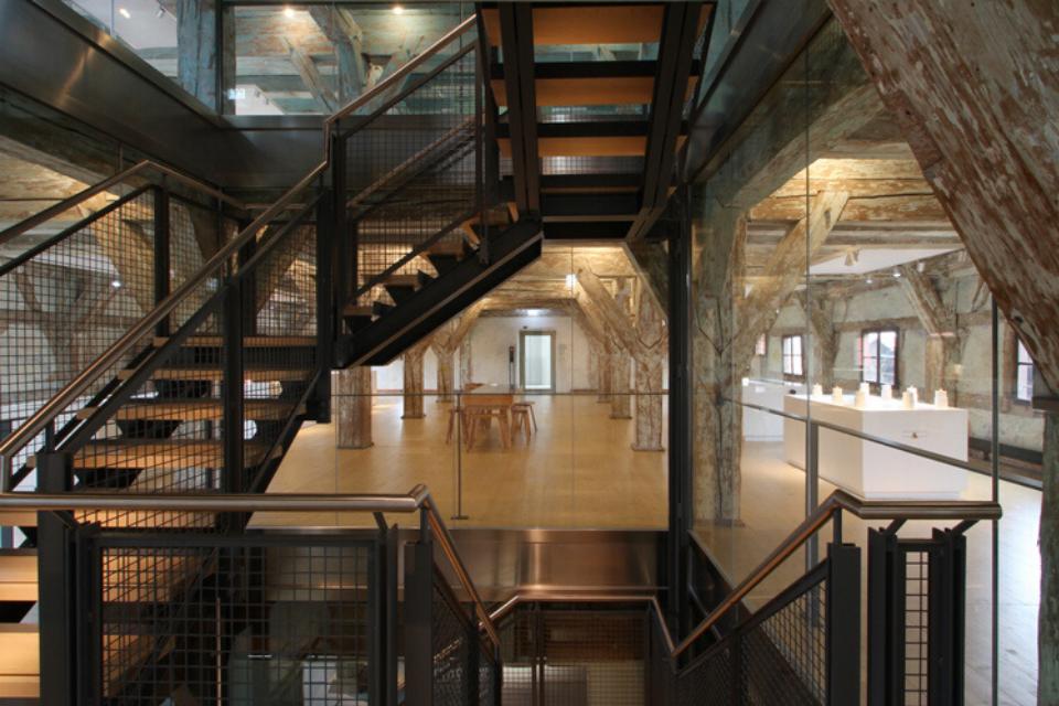 Das gläserne Treppenhaus verschafft Ihnen Zugang zu allen Etagen