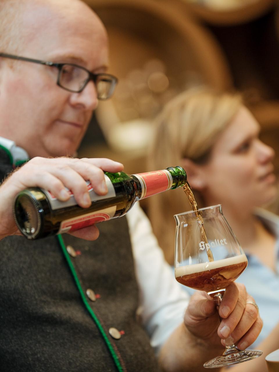 Biersommelier Markus Böhm schenkt ein Export Dunkel ein